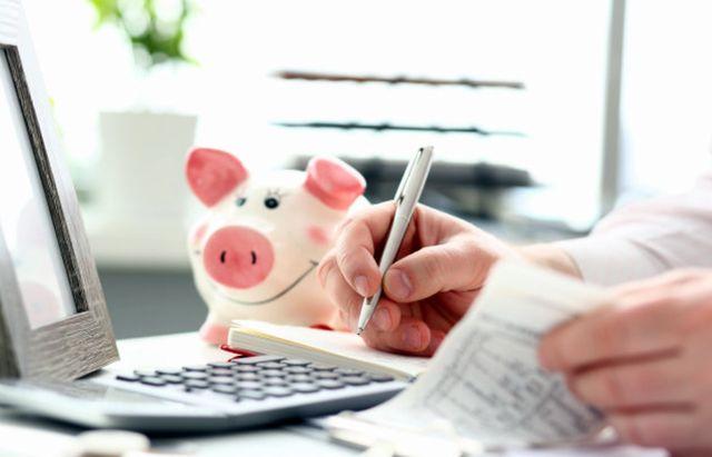 Домовладелец подсчитывает свои расходы на оплату жилья
