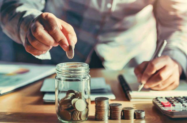 Мужчина откладывает деньги сэкономленные на расходах