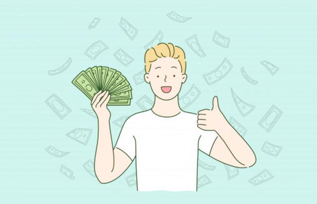 Молодой человек радуется наличным деньгам