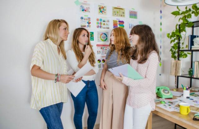 Молодые девушки обсуждают идею для старта бизнеса