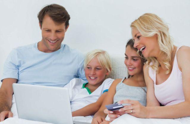 Семья с детьми изучает финансовые вопросы за ноутбуком