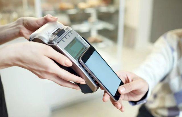 Выполнение мобильного платежа с помощью смартфона