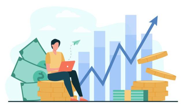 Девушка с ноутбуком составляет план финансового развития на ближайшие 5 лет