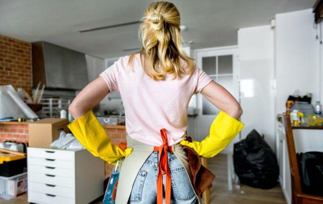 Женщина готовится к генеральной уборке дома