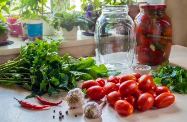 Набор продуктов и стеклянных банок для консервации томатов
