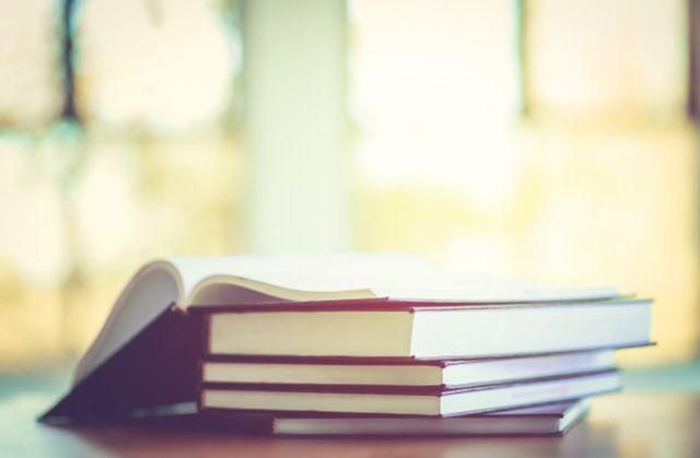 Стопа книг на столе по философии Аристотеля