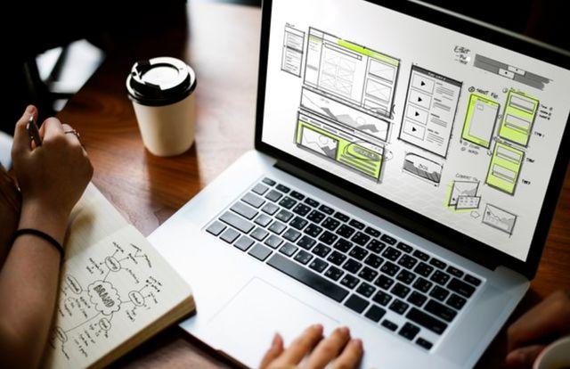 Человек проектирует на ноутбуке будущий веб-сайт