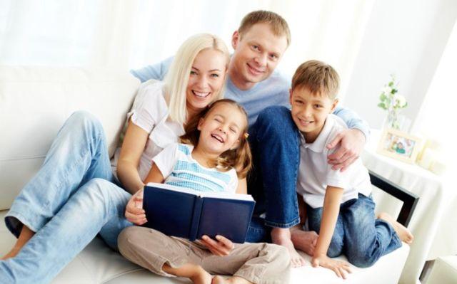 Семья с детьми вместе читают книгу