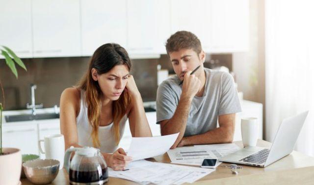 Семейная пара составляет план бюджета по расходам за месяц