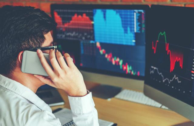Бизнесмен торгует на рынке акций с помощью домашнего компьютера