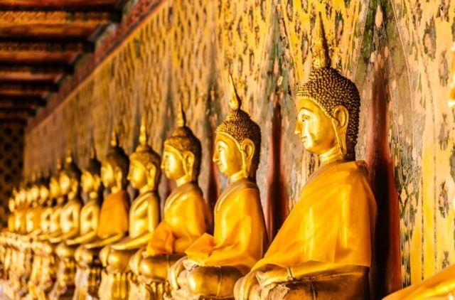 Ряд статуй будды в золотом цвете