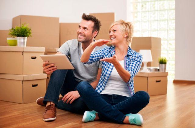 Счастливая пара молодых людей планирует обустройство нового дома