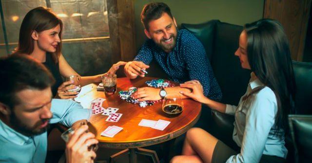 Фотография компании друзей за деревянным столиком